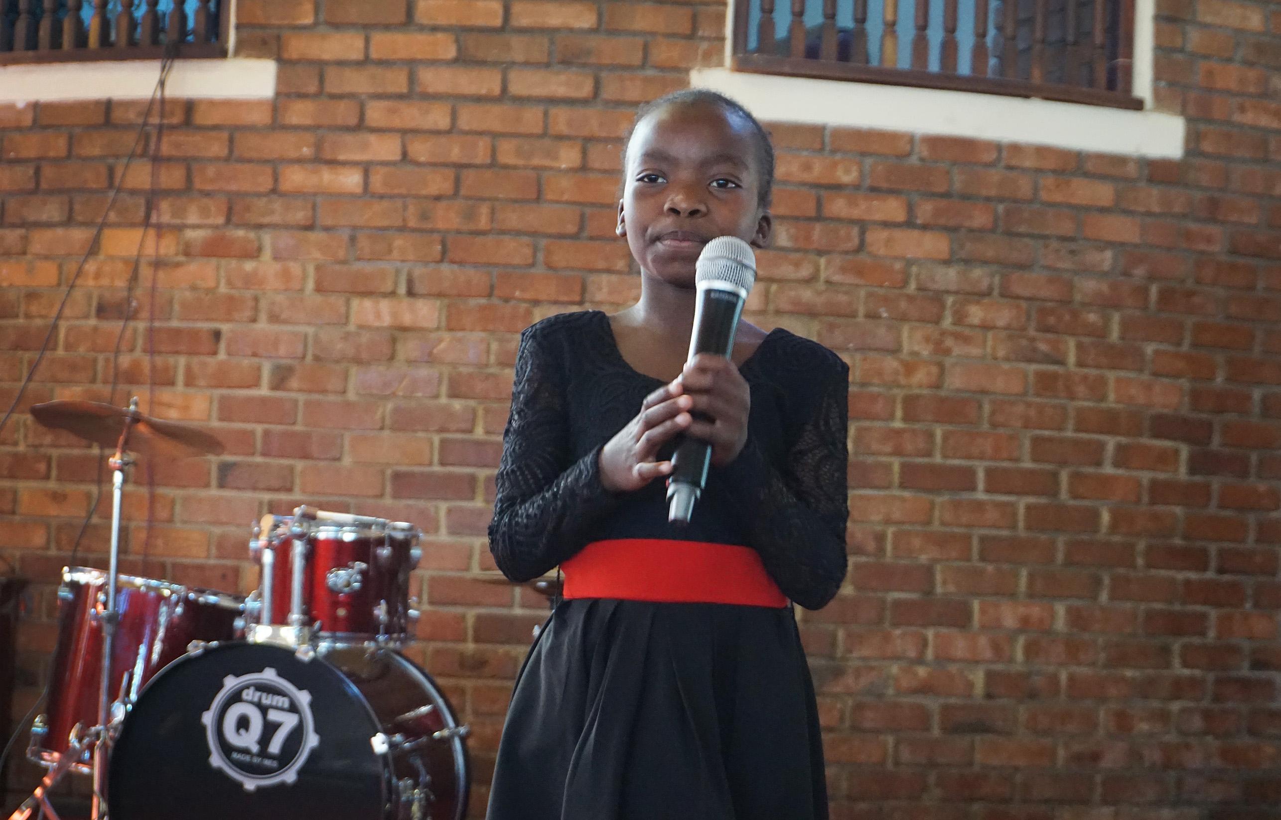Britney Sadete, dix ans, se produit à l'église Méthodiste Unie de Cranborne à Harare, au Zimbabwe, lors du festival annuel « L'Eglise Méthodiste Unie A Un Talent », organisé dans la Région épiscopale du Zimbabwe, le 28 juillet 2019. Britney, qui a remporté la première place dans la catégorie des moins de 12 ans et la deuxième place au classement général, a récemment sorti son premier album. Photo de Kudzai Chingwe, UM News.