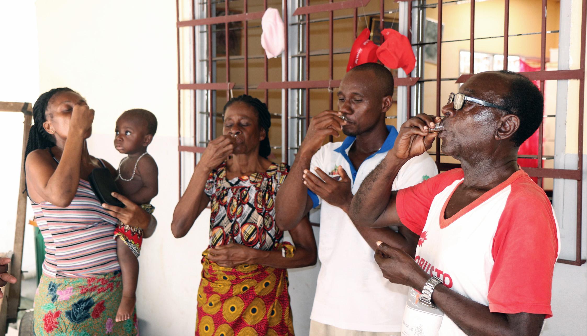 La famille Ohouo (à partir de la gauche, Appolos, Fabrice, Chiadon et Chantal) de l'église Méthodiste Unie Béthel- Quartier Eléphant participe à la Sainte Cène pendant un culte à domicile. Bien que les églises soient fermées à cause de la pandémie du COVID-19, les membres organisent des cultes à domicile avec les ressources fournies par leurs pasteurs. Photo de John Mel, UM News.