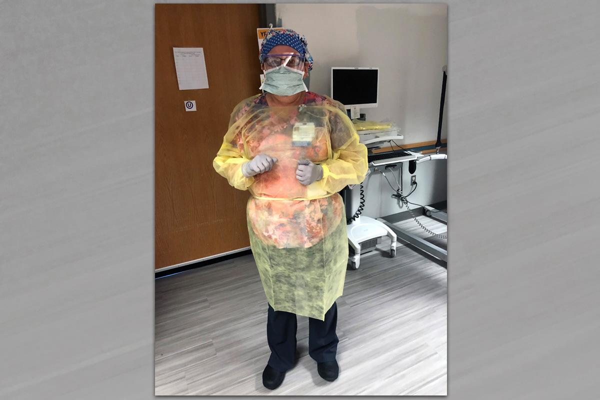 La Revda. Diane Dyson en plena marcha como enfermera del hospital que atiende a pacientes con COVID-19. Dyson es diácona metodista unida y dice que su experiencia en el clero la ha ayudado a ser una mejor oyente como enfermera. Foto cortesía de Diane Dyson.