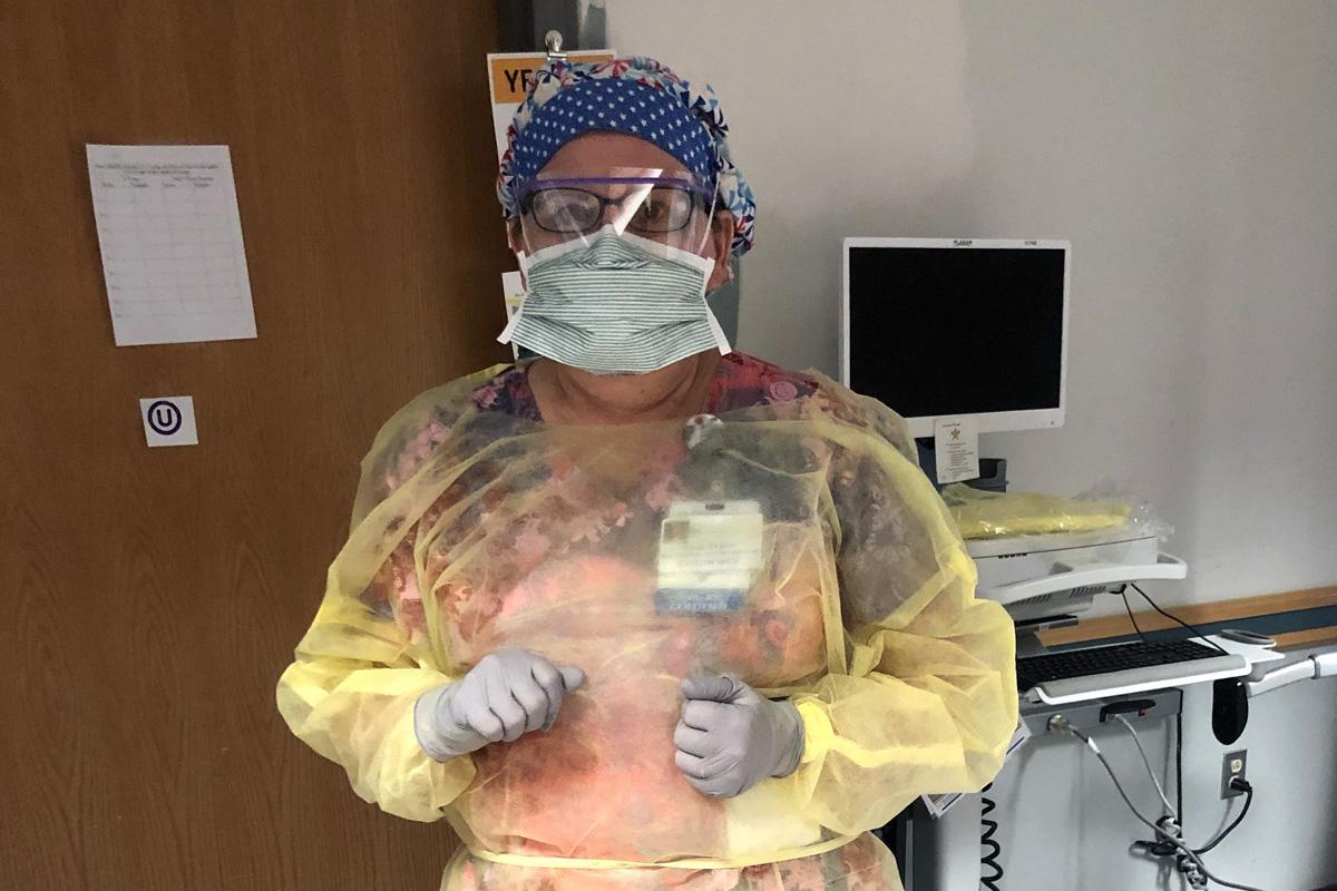 A Revda. Diane Dyson em plena atividade como enfermeira do hospital, cuidando de pacientes com COVID-19. Dyson é uma diaconisa Metodista Unida e diz que sua formação no clero a ajudou a ser uma melhor ouvinte como enfermeira. Foto cedida por Diane Dyson.