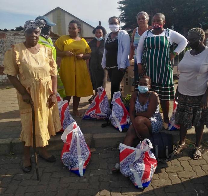Grupo de beneficiários de Clermont Township dos Jovens Adultos Hampers, foto de Durban por Nandipha Mkwalo.