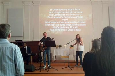 Adoración en la Iglesia Metodista Unida de habla inglesa en Praga. Foto cortesía de la Conferencia Anual de Holston.