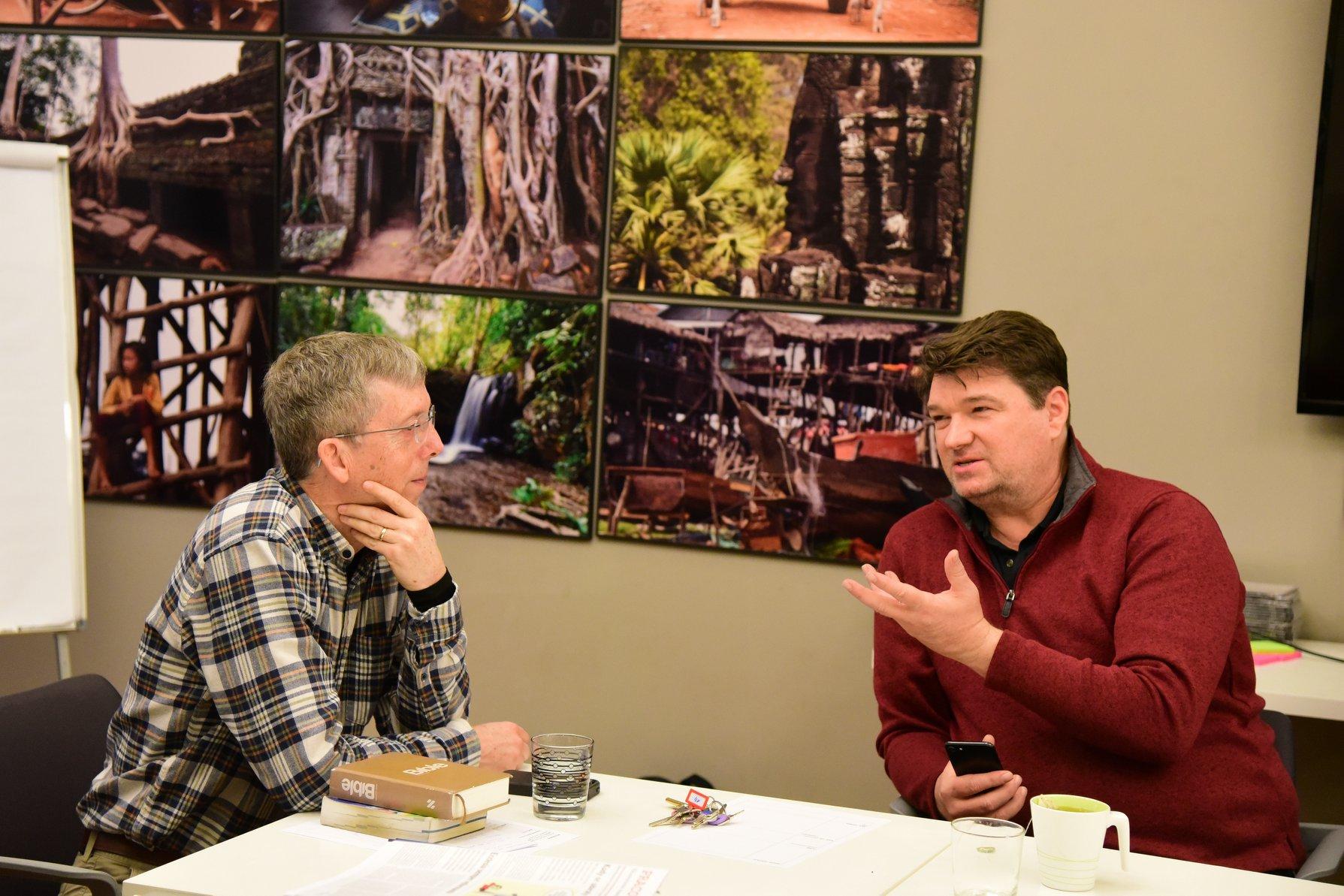 O Rev. Mark Hicks (à direita) conversa com o Rev. Bill Seagren durante uma reunião de pastores metodistas unidos em Praga, em fevereiro de 2020. Foto cedida pela Conferência Anual de Holston.