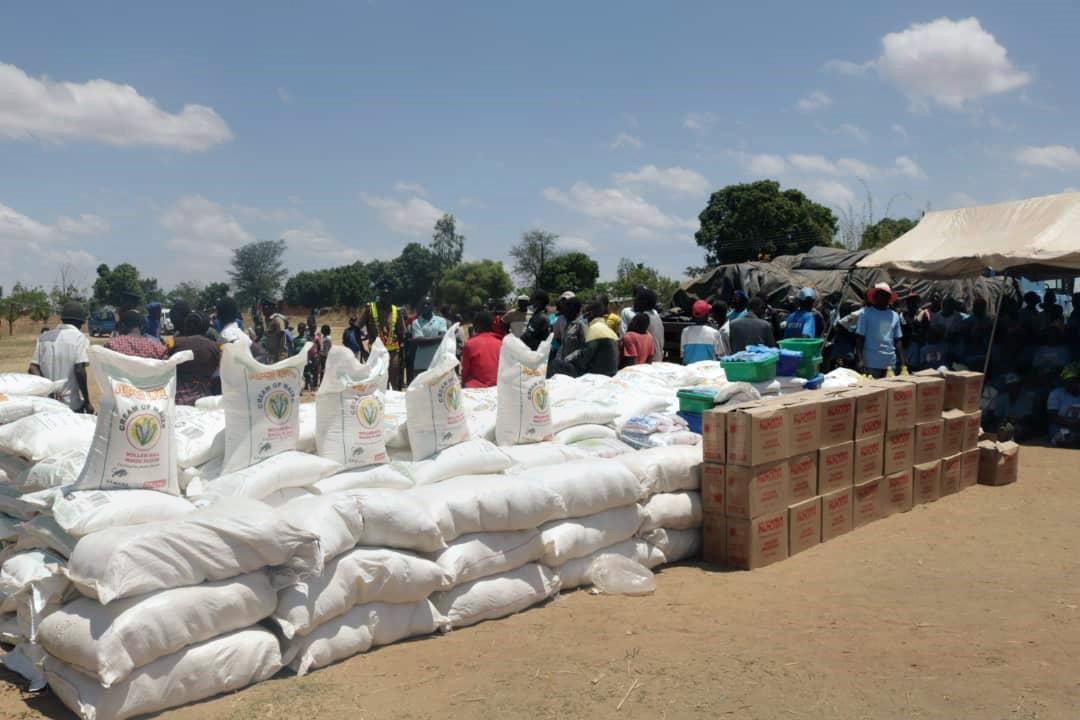Des paniers de nourriture sont distribués aux survivants du cyclone Idai à Ntcheu, au Malawi. L'Église Méthodiste Unie continue d'aider les villages reculés de la région dans le cadre de la pandémie à COVID-19. Photo de Francis Nkhoma, UM News.