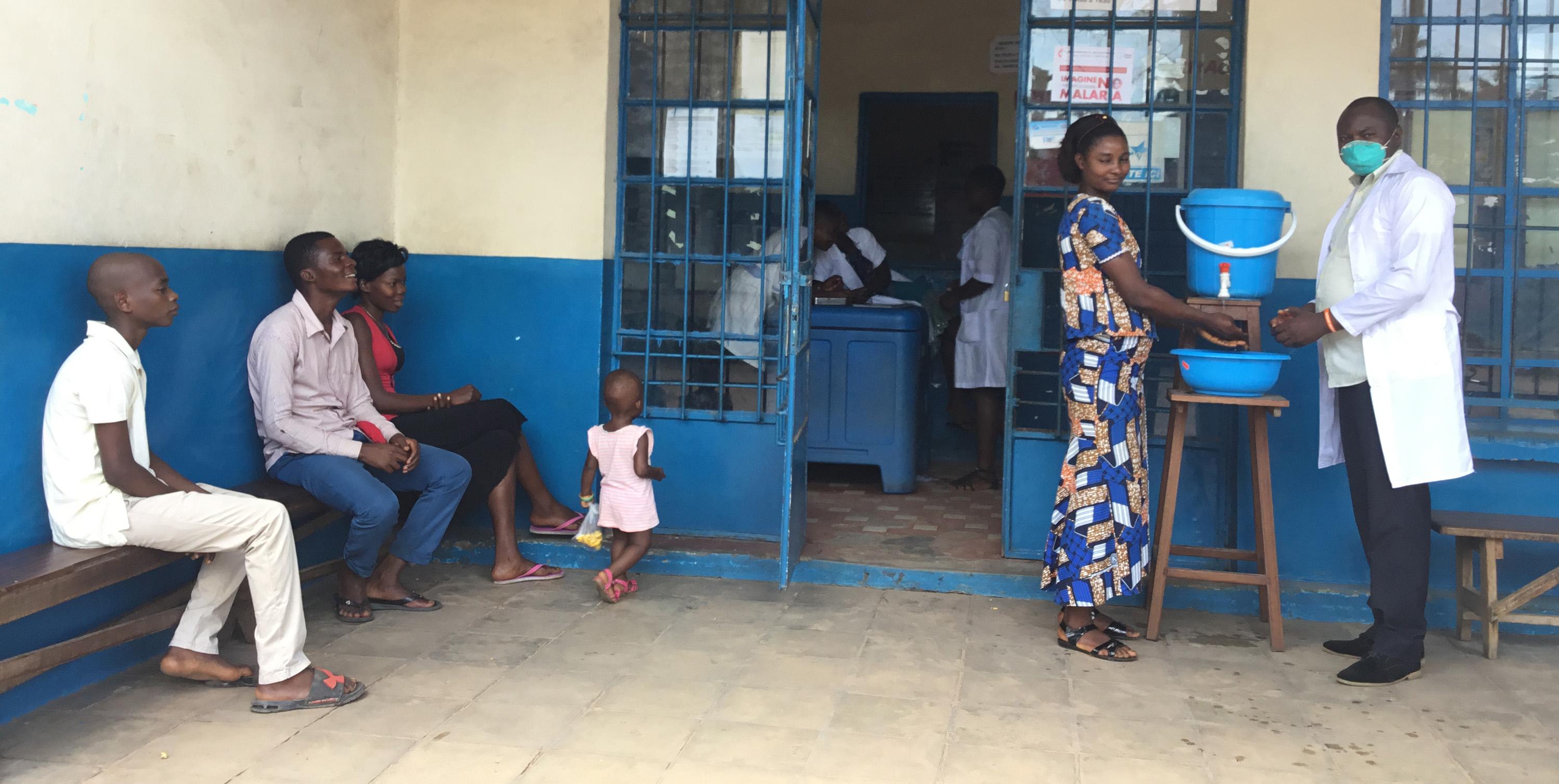 Le Médecin Directeur Dr. Tshimanga Liévin apprend à une stagiaire à se laver correctement les mains. L'Eglise Méthodiste Unie sensibilise les communautés locales sur l'importance de l'observation des mesures barrières pour freiner l'expansion du Coronavirus. Photo de Serge Mukendi.