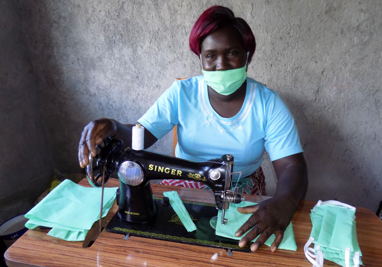 La pasteure Ruth Mwangi coud des masques de visage à l'église Méthodiste Unie de Sogunoi, une église rurale affiliée à l'église Méthodiste Unie Trinity à Gilgil, au Kenya. Photo de Faith Wanjiru, UM News.