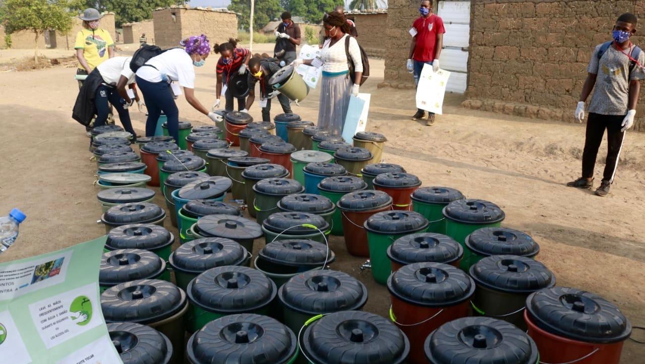 Mais de 1000 baldes prontos para serem distribuídos às populações. Malange, foto de João Nhanga.