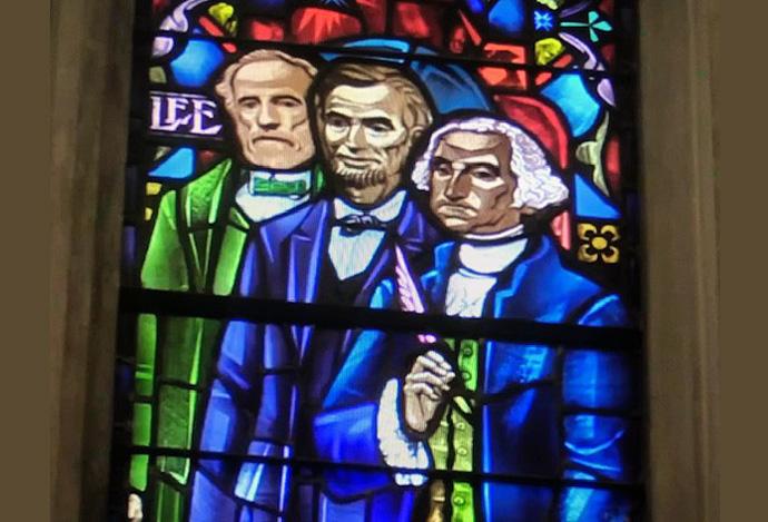 """Um vitral da Primeira Igreja Metodista Unida da Catedral Rockies / Boise, em Boise, Idaho, apresenta imagens de Robert E. Lee (à esquerda), Abraham Lincoln e George Washington. Os líderes da igreja decidiram remover a imagem de Lee, dado seu papel como general confederado. """"Os símbolos da supremacia branca não pertencem ao nosso espaço sagrado"""", disseram eles em comunicado. Foto cedida pela Catedral de Rockies."""