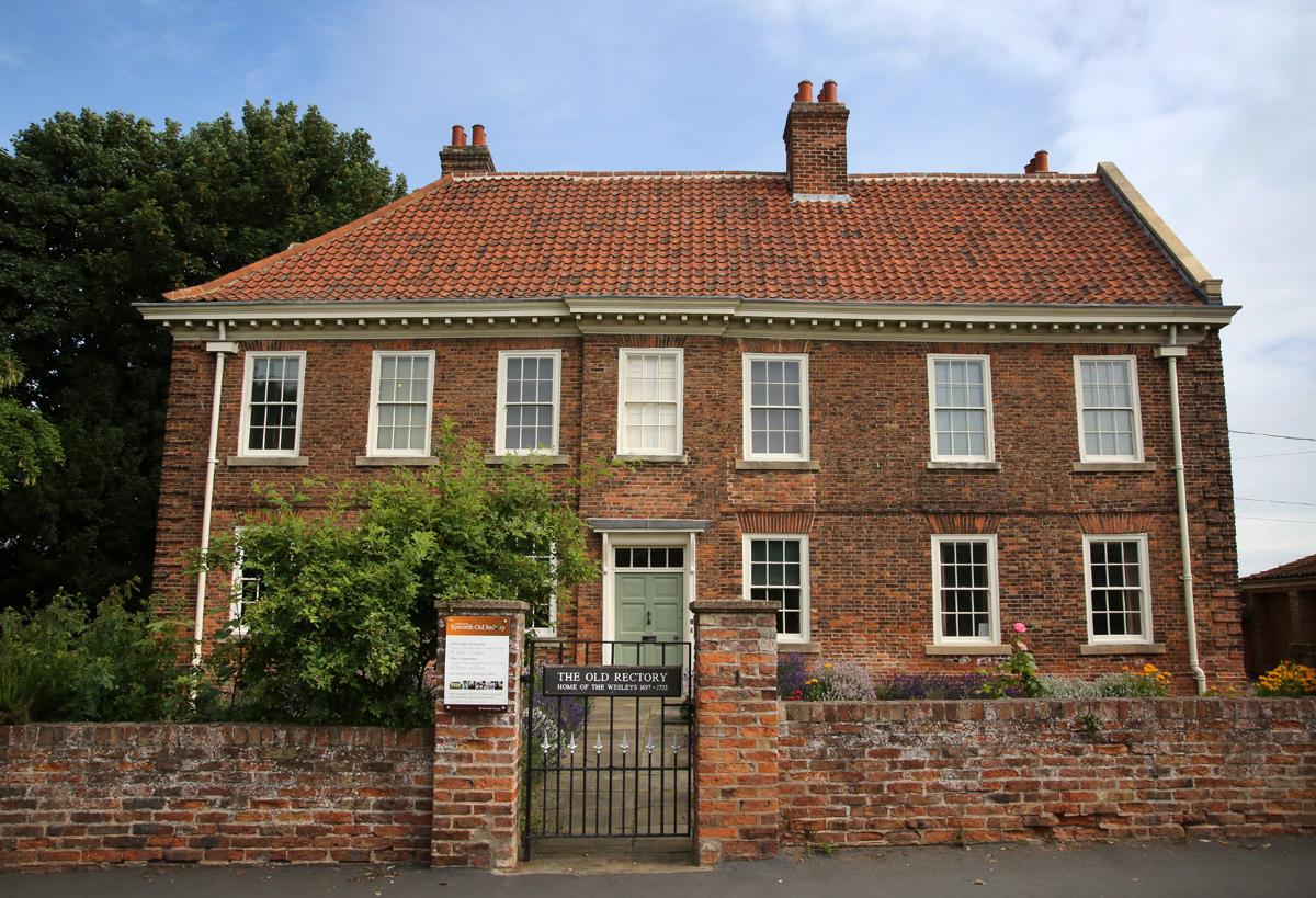 """A Antiga Reitoria em Epworth, Inglaterra, foi construída em 1709 após o """"Grande Incêndio"""" e foi a casa de John e Charles Wesley junto com seus pais e irmãos. Foto de Kathleen Barry, Comunicações Metodistas Unidas."""