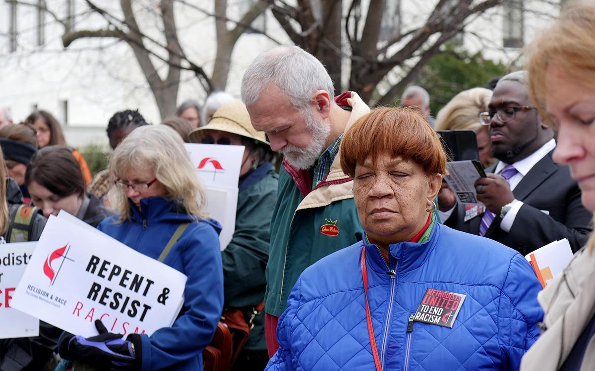Metodistas unidos/as oran antes de una manifestación nacional en Washington para poner fin al racismo en 2018. Foto de archivo de Kathy L. Gilbert, Noticias MU.