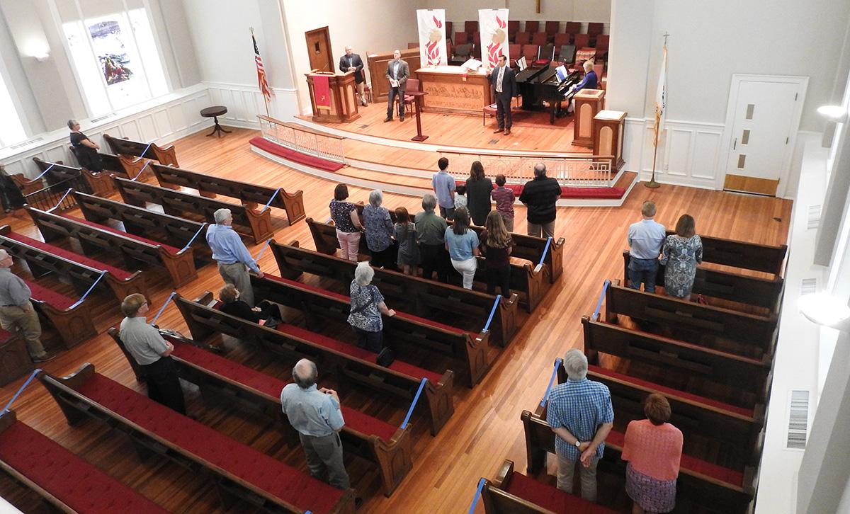 A adoração no santuário da Primeira Igreja Metodista Unida de Sulphur Springs, Texas, é retomada, embora com restrições de assentos e outras medidas de segurança relacionadas à pandemia de coronavírus. Os cultos presenciais da igreja em 14 de junho foram os primeiros desde 8 de março. Foto de Sam Hodges, Notícias MU.