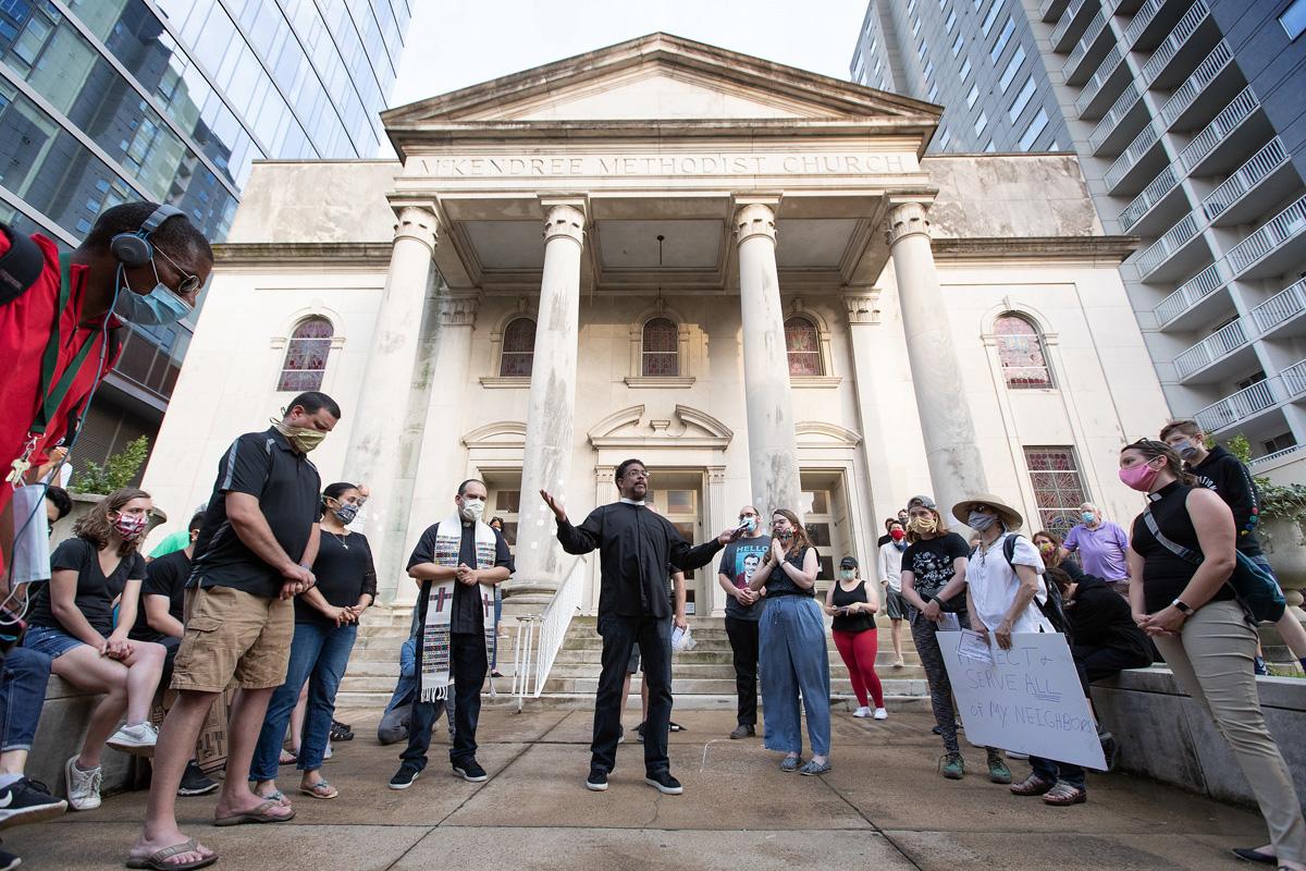 Miembros del clero se reúnen en oración durante una vigilia en la IMU McKendree en Nashville, Tennessee, para llorar y recordar a las personas perdidas por actos de racismo. La Comisión Metodista Unida sobre Religión y Raza está lanzando una importante iniciativa para combatir el racismo el Juneteenth, una fiesta estadounidense que conmemora la emancipación de los/as esclavos/as afroamericanos/as existentes el 19 de junio de 1865. Foto de Mike DuBose, Noticias MU.