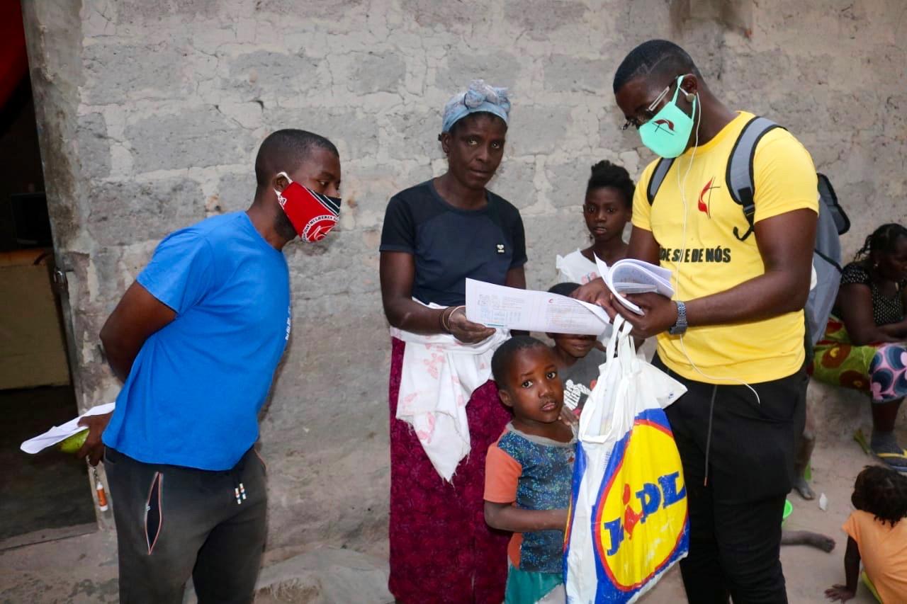 Beneficiários escutam atentamente a explicação sobre o valor do uso da máscara, e sobre os métodos a tomar para a prevenção da doença. Malange, foto de Gelson Carlos.