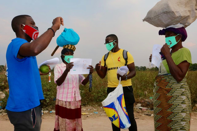 Equipes da IMU do Leste de Angola na distribuição de máscaras e panfletos contendo explicação sobre prevenção da COVID-19. Malange, foto de Gelson Carlos.