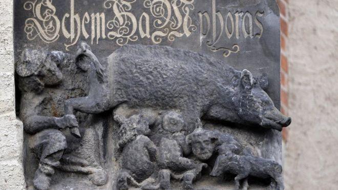 독일 비텐베르크의 한 교회 벽에 새겨진 반유대인 조각, 유대인의 암퇘지(Judensau). 사진, BBC 뉴스.