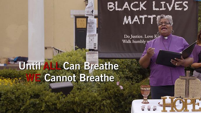 """A Bispo da Conferência de Baltimore-Washington, LaTrelle Easterling, ajuda a realizar um """"Serviço de Lamento, Arrependimento, Comunhão e Compromisso"""" on-line, em 24 de junho, em frente à Igreja Episcopal de São João, em Washington. O serviço de vídeo de uma hora faz parte da nova iniciativa da denominação para combater o racismo. Captura de tela do vídeo da Comunicações Metodista Unida."""
