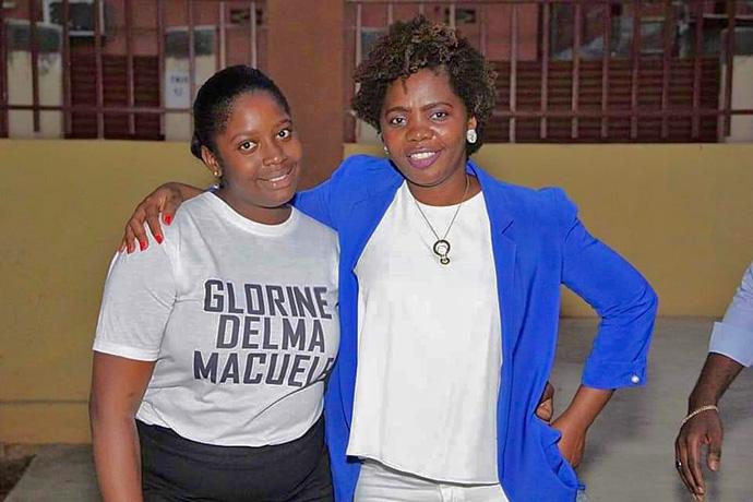 Glorine Telma Macuele e Marieth de Oliveira, jovens mulheres metodistas. Luanda, foto de Orlando da Cruz.