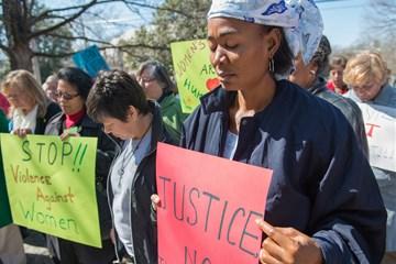 En esta foto de archivo de 2013, la Revda. Eunice Musa Iliya (derecha) participa en una vigilia del Día Internacional de la Mujer, patrocinada por Mujeres Metodistas Unidas. Foto de Kristina Krug, cortesía de Mujeres Metodistas Unidas.