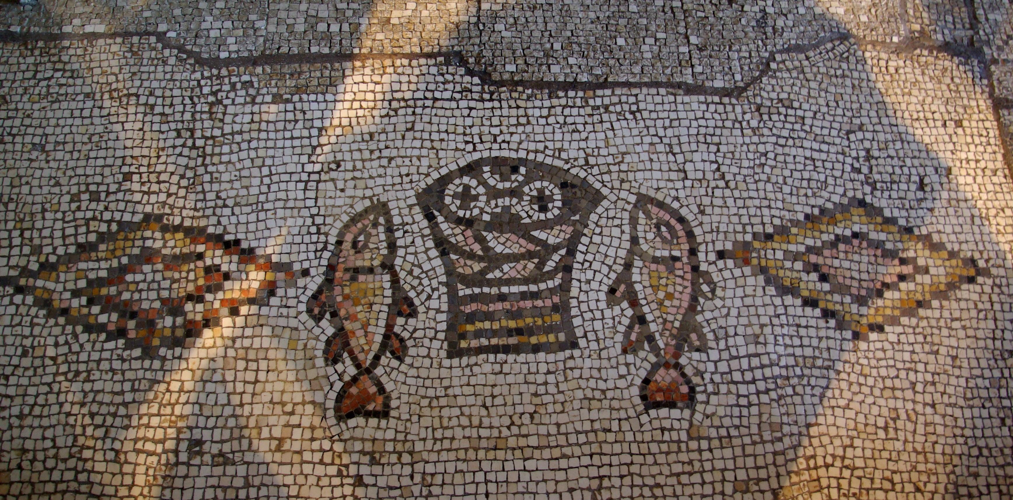 물고기와 빵 모자이크. 오병이어 기적의 교회, 벳사이다 지역의 타브하. 사진, 야엘 알레프 2007