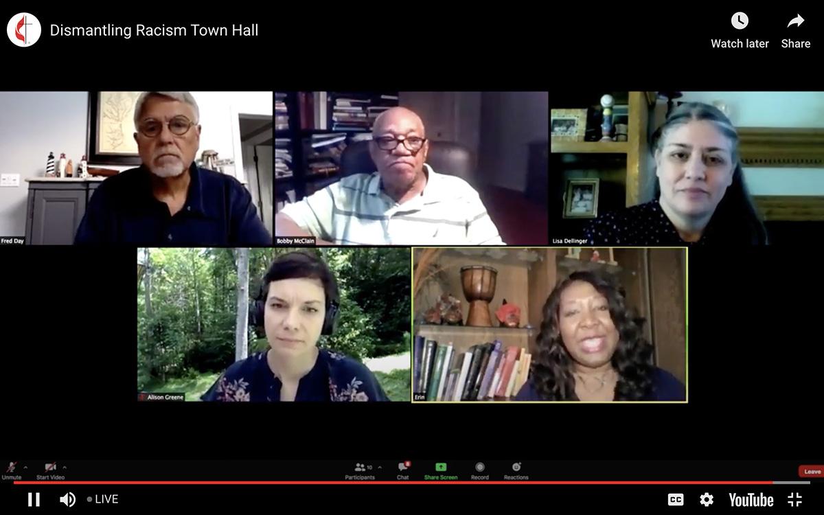"""""""Un grupo de panelistas conversaron sobre  el historial del metodismo en torno al tema de raza durante una reunión abierta a toda la denominación, transmitida en vivo. La reunión fue moderada por Erin Hawkins (abajo a la derecha) de la Comisión Metodista Unida de Religión y Raza. Entre los/as panelistas invitados se encontraban: Alison Collis Greene, los/as reverendos/as Alfred T. Day III, William Bobby McClain y Lisa Dellinger. La foto es una captura de pantalla de Noticias MU a través de YouTube """"."""