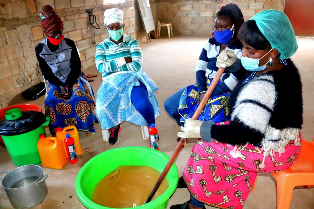 Formandos, trabalhando já com as misturas para a produção do sabão. Malange, foto de Gelson Carlos.