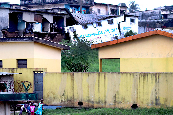 Les inondations de la ville d'Abidjan ont provoqué des dégâts matériels considérables à l'église Méthodiste Unie « La Source du Salut » d'Adjamé. Un pan du mur du temple s'est affaissé. Les 300 fidèles ont transformé l'espace vert dans la cour du temple de cette villa en location depuis 20 ans pour continuer les cultes. Photo de Isaac Broune, UM News.