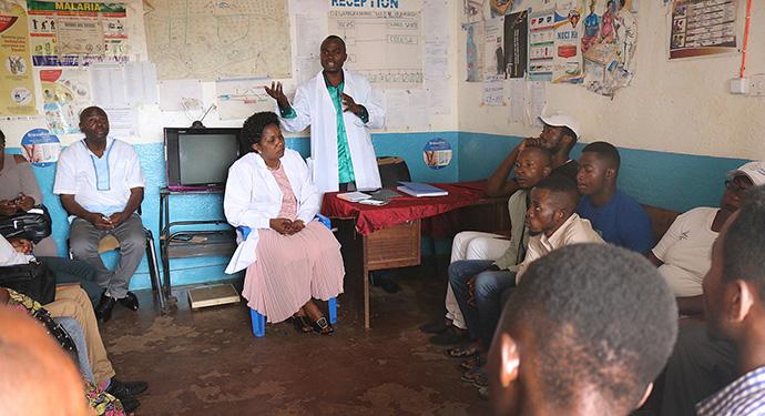Le Dr Damas Lushima, coordinateur du conseil de santé pour la Région Episcopale de l'Est du Congo, dispense une formation sur la sécurité sanitaire liée à la COVID-19 dans un centre de santé du Kivu. Photo de Philippe Lolonga, UM News.