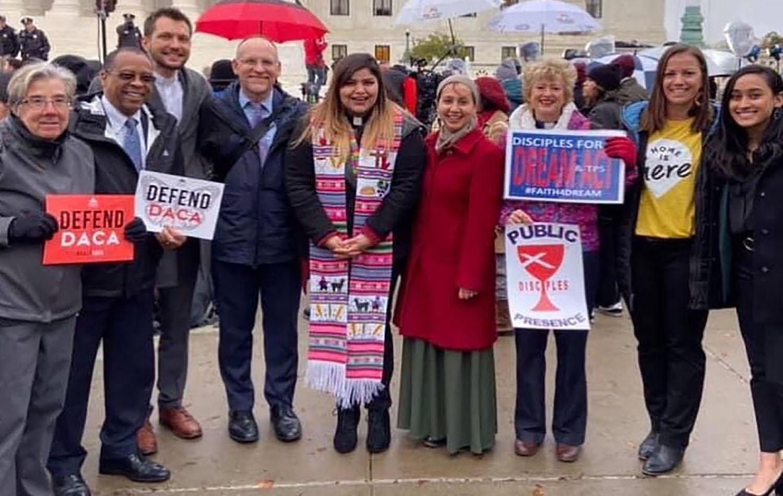 Las Pastora Cassy Núñez, junto con otros/as líderes laicos/as y clericales de La Iglesia Metodista Unida (IMU) y de otras denominaciones, en una manifestación en favor de mantenimiento del programa DACA en la ciudad de Washington en noviembre de 2019. Foto cortesía de la Pastora Cassy Núńez.