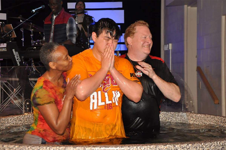 El Rev. Chip Freed y la Rvda. Lori Stubbs ofician un bautizo en la IMU Memorial Garfield; una iglesia multiétnica en Cleveland, estado de Ohio. Foto cortesía de la IMU Memorial Garfield.