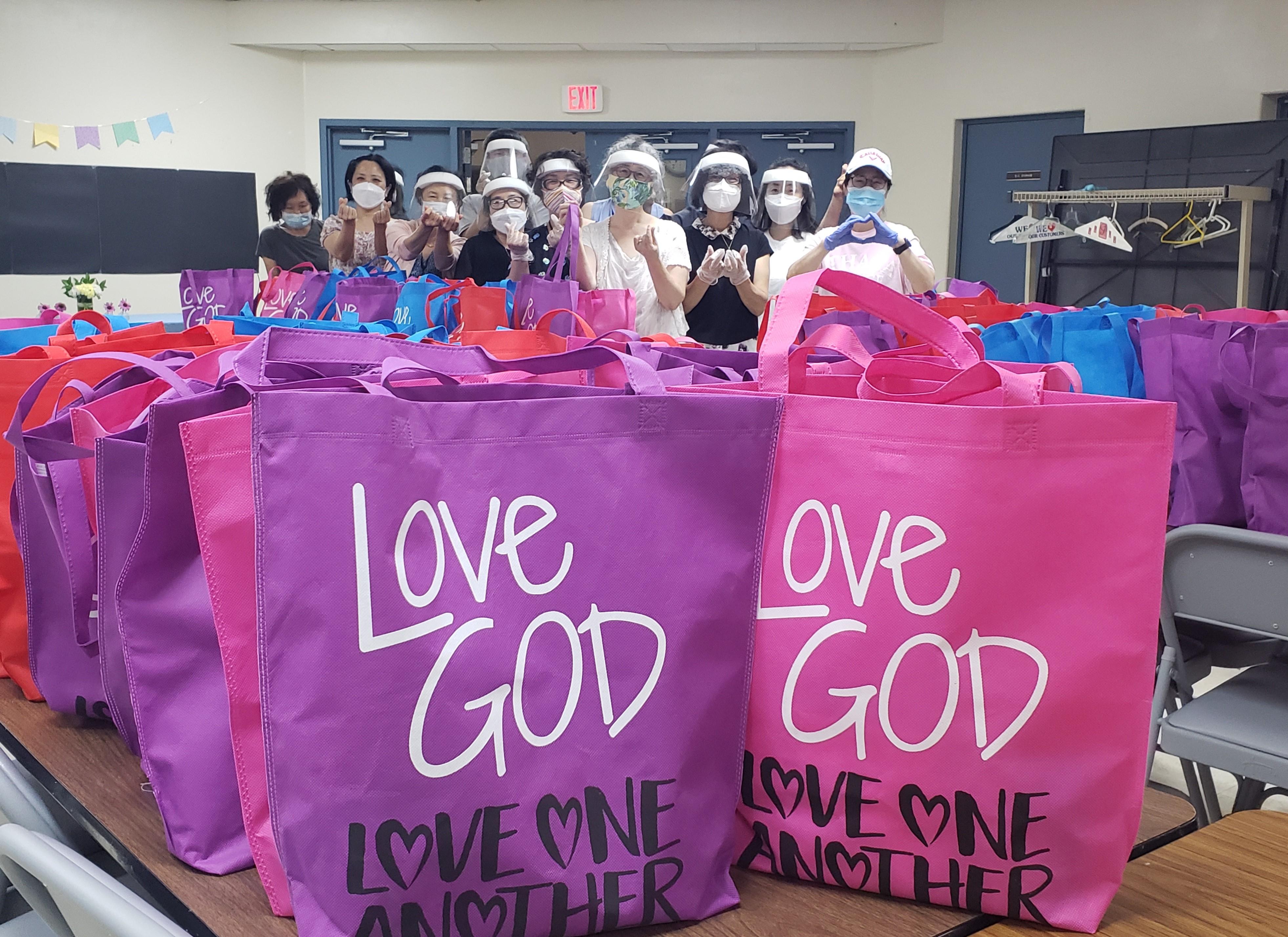 """미드허드슨한인연합감리교회(담임 이용연 목사)는 코로나19로 어려운 이웃들에게 보낼 구호 물품을 담은 """"사랑의 돌봄 가방 만들기 프로젝트""""를 진행하고 있다. 사진 제공, 권오연 전도사."""
