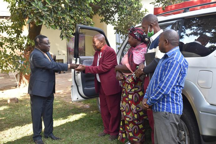 L'Evêque Kasap Owan, de la Région Episcopale du Sud Congo/Zambie (costume bleu) remet les clés du nouveau véhicule au Révérend Jean-Claude Maleka Kayombo, responsable du Département d'Evangélisation de la Région Episcopale. Ce véhicule a été offert par un fidèle de l'Eglise. Photo de John Kaumba, UM News.