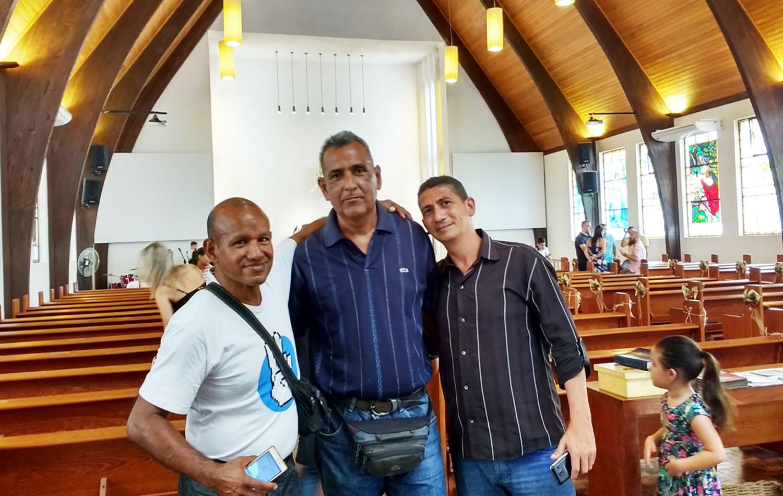 Los visitantes venezolanos David, Christian y Josef en el santuario de la Congregación Wesley, Porto Alegre, Brasil. Foto de Paulo Bruhn.