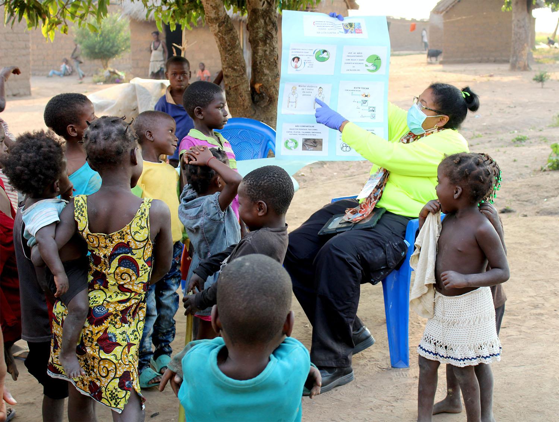 La Dra. Cleivy Benítez enseña educación sanitaria a los/as niños/as de la aldea de Mbango, misión Quéssua, en el Este de Angola. Foto cortesía de la Junta de Salud del Este de Angola.