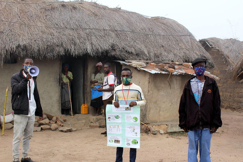 Los/as facilitadores/as voluntaries/as, capacitados/as en el centro de salud en Quéssua, imparten educación sanitaria en el pueblo de Mufongo. Foto cortesía de la Junta de Salud del Este de Angola.
