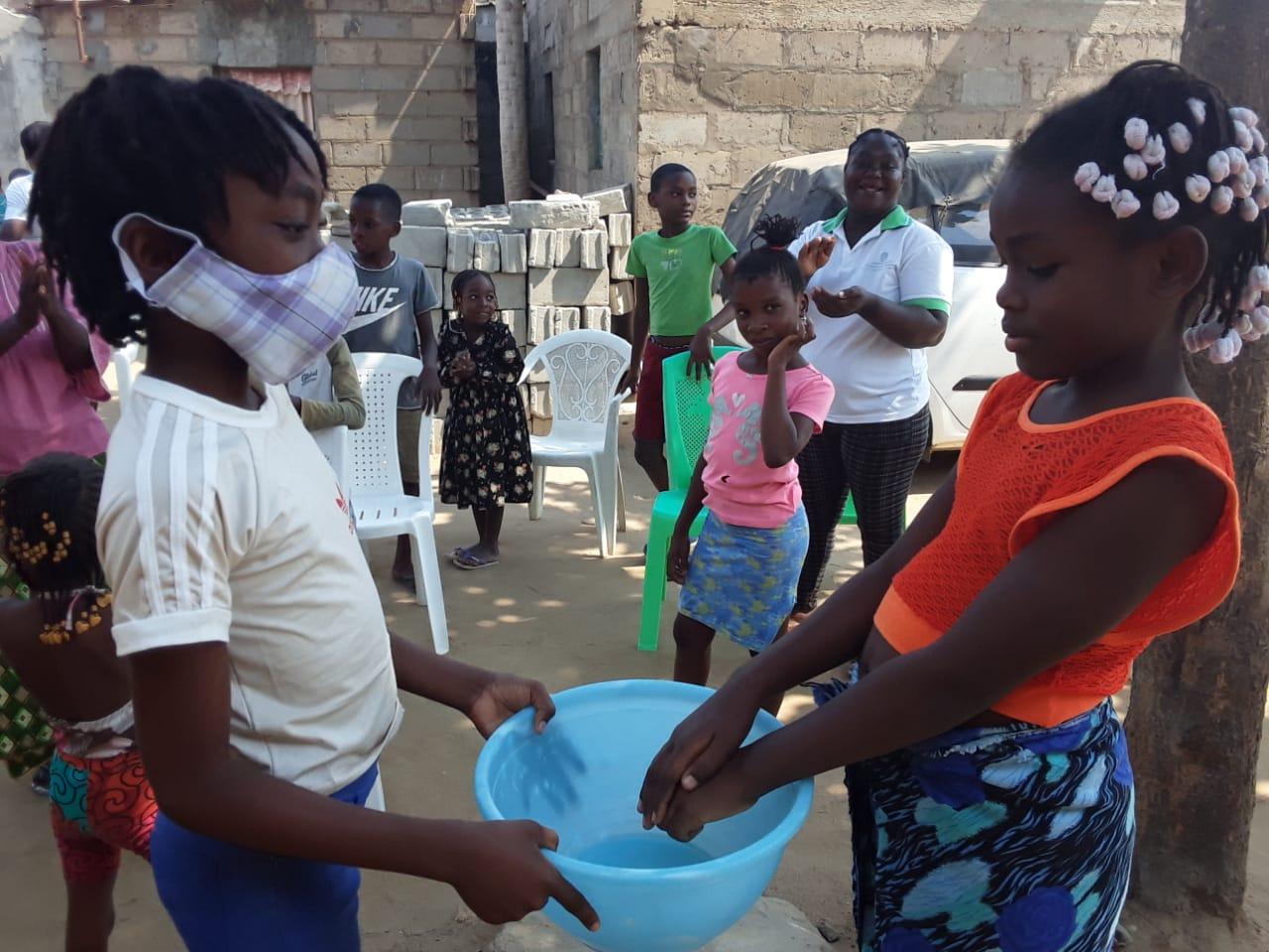 Crianças na casa de membros Metodistas em momento de oferta da campanha-Luanda. Foto de Augusto Bento.