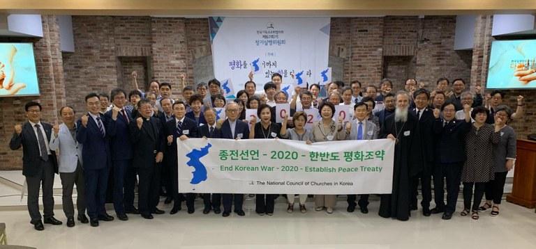 한국기독교교회협의회(The National Council of Churches in Korea, NCCK)가 주최한 67회 정기실행위원회에서 2020년 한반도 평화조약 및 종전선언을 위한 다짐을 하고 있다. 사진 출처, 세계교회협의회(WCC) 웹사이트.