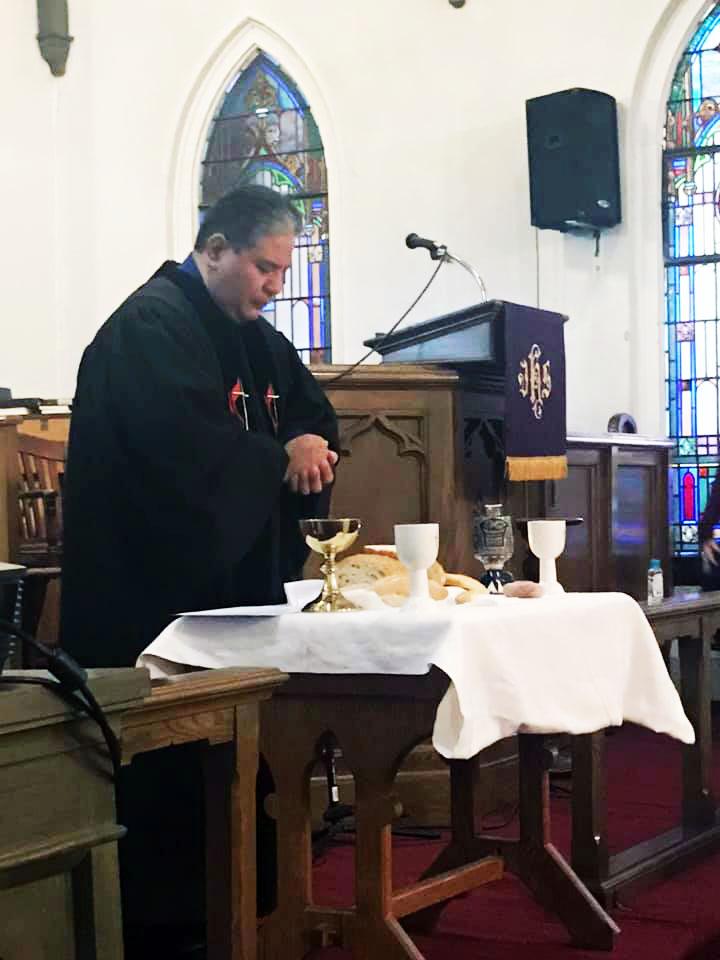 El Rev.Gustavo Segovia es pastor en la IMU Salem en Baltimore. En su iglesia se han reiniciado parcialmente las actividades presenciales, sin embargo hay personas que prefieren no asistir personalmente por razones de seguridad. Foto cortesía Rev. Gustavo Segovia.