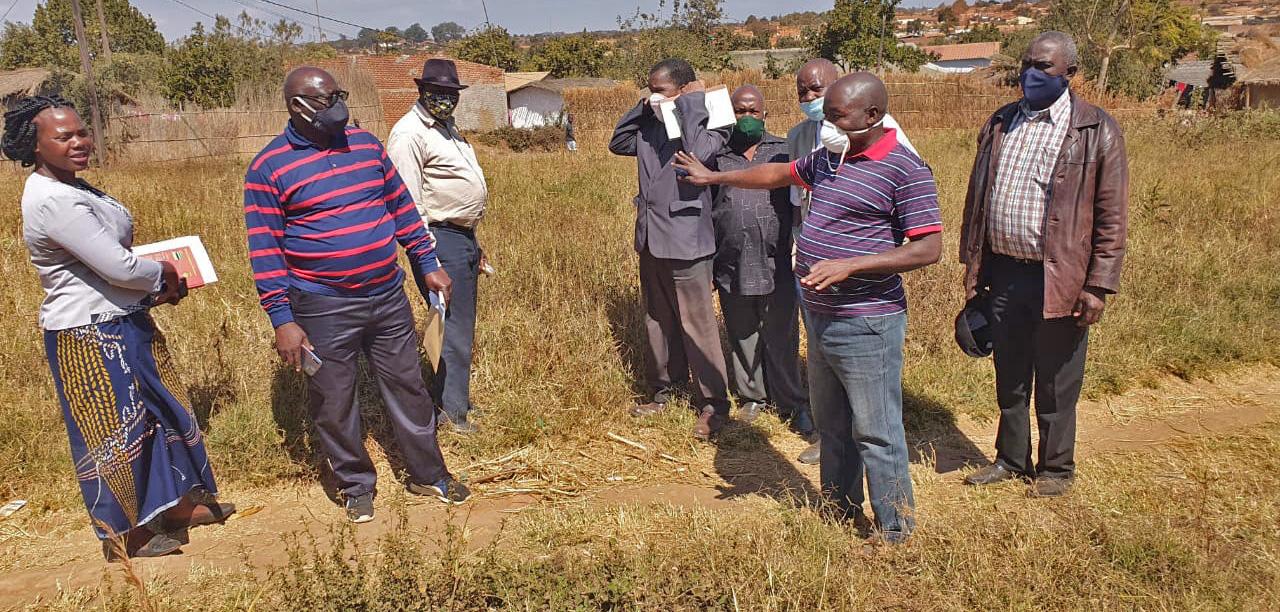 Superintendente Agostinho Nhampossa de Niassa, com a comissão de construção mostrando o local onde vai ser construído o novo centro orfanato em Lichinga, Moçambique. Foto de Eurico Gustavo.