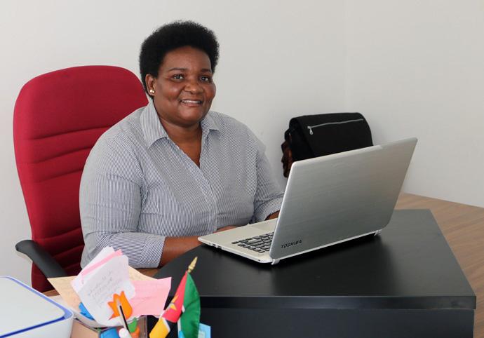 A Rev. Olga Maria Raimundo, directora da Escola Comunitária Metodista Unida em Tsalala, Moçambique, trabalha na distribuição de materiais aos alunos que trabalham remotamente. Foto de João Filimone Sambo, Noticias MU.