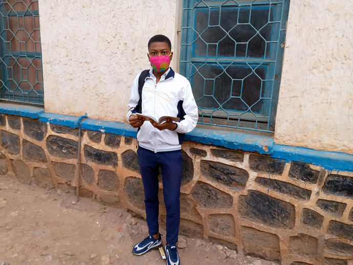O estudante de ensino médio Sylvestre Muthoma se prepara para voltar às aulas em Bukavu, no Congo. As escolas reabriram em Agosto para aqueles que precisam fazer os exames finais para graduar. Foto de Philippe KitukaLolonga, Noticias MU.