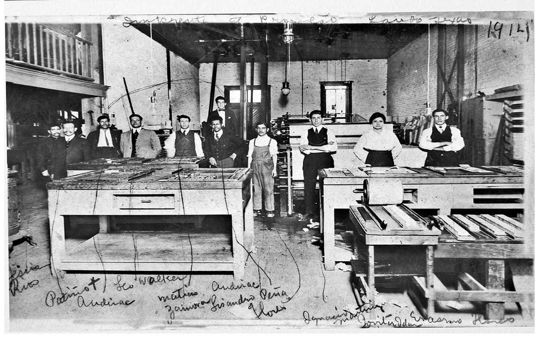 Jovita Idár en 1914 junto a colegas en la imprenta del periódico El Progreso en Laredo, Texas. Ella siguió los pasos de su padre como periodista y activista. Foto de colecciones especiales de bibliotecas de la Universidad de Tejas en San Antonio.