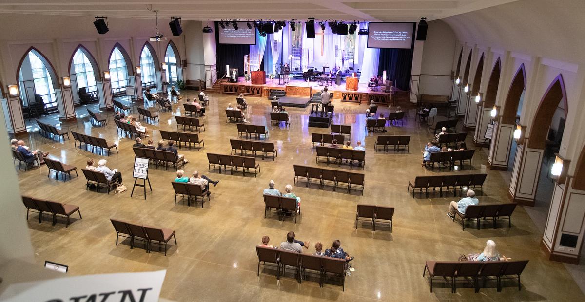 Os paroquianos sentam-se separados uns dos outros durante a adoração na Primeira Igreja Metodista Unida de Franklin (Tenn.). A igreja, que recentemente voltou ao culto presencial, adotou protocolos de segurança, incluindo o distanciamento social, para ajudar a prevenir a propagação do COVID-19. Foto de Mike DuBose, Notícias MU.