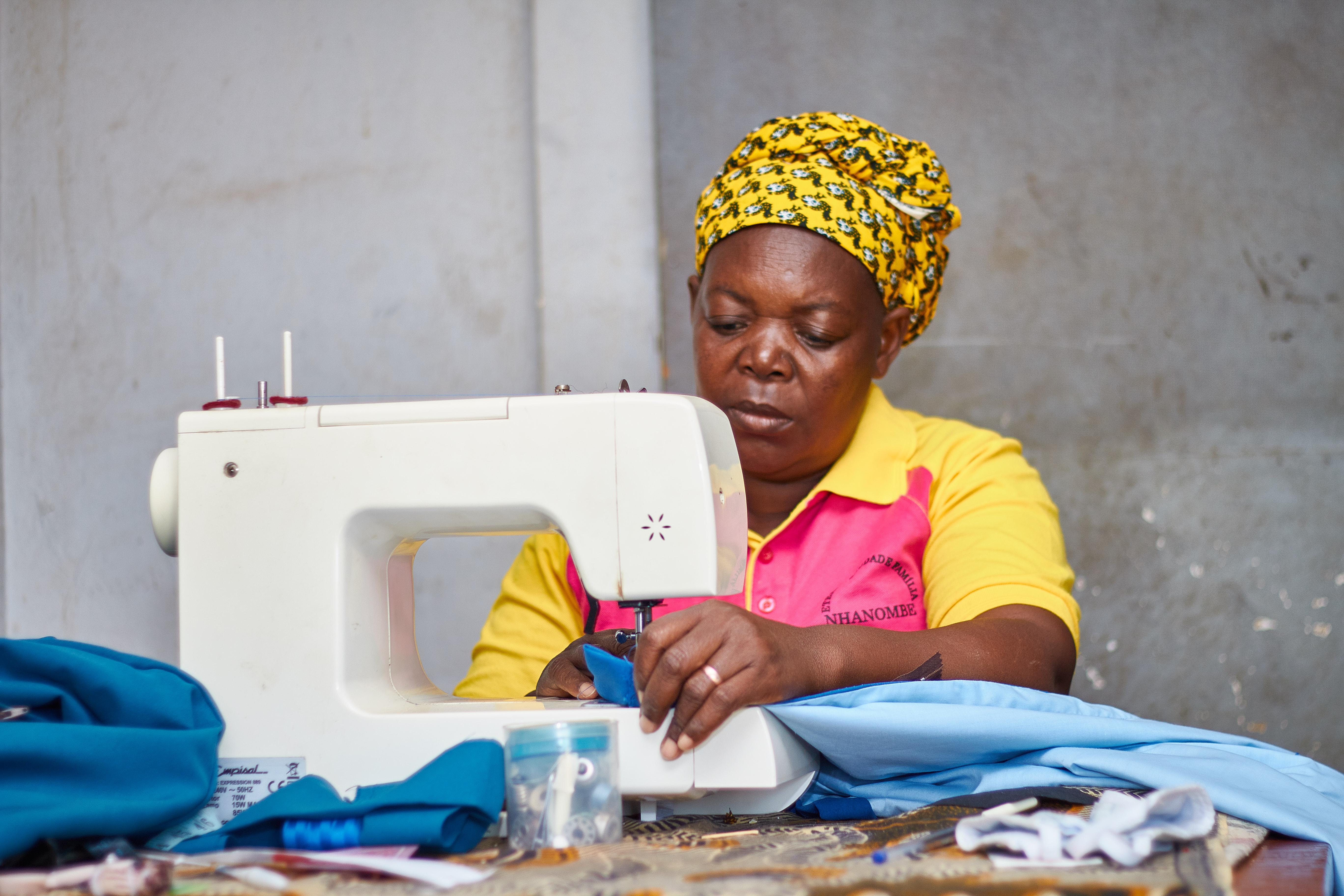 A modista Gilda Floriana Pale, em pleno exercício da sua atividade no Chicuque, Moçambique. Foto de Antônio Wilson.