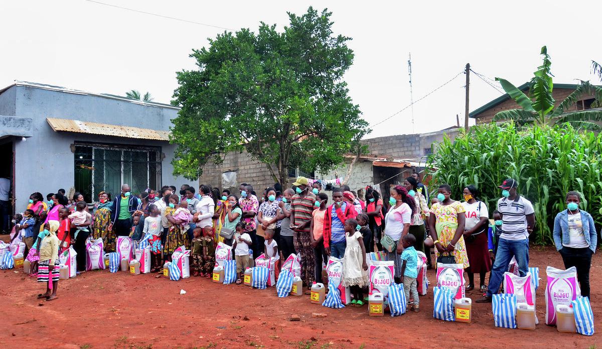 Desplazados/as internos/as hacen fila para recoger alimentos en la Iglesia Metodista Unida de la Comunidad Ebenezer en Yaundé, Camerún. Con una subvención del Comité Metodista Unido de Auxilio, la iglesia distribuyó alimentos y otra ayuda a quienes luchan durante la pandemia del COVID-19. Foto cortesía de Vischo Image.