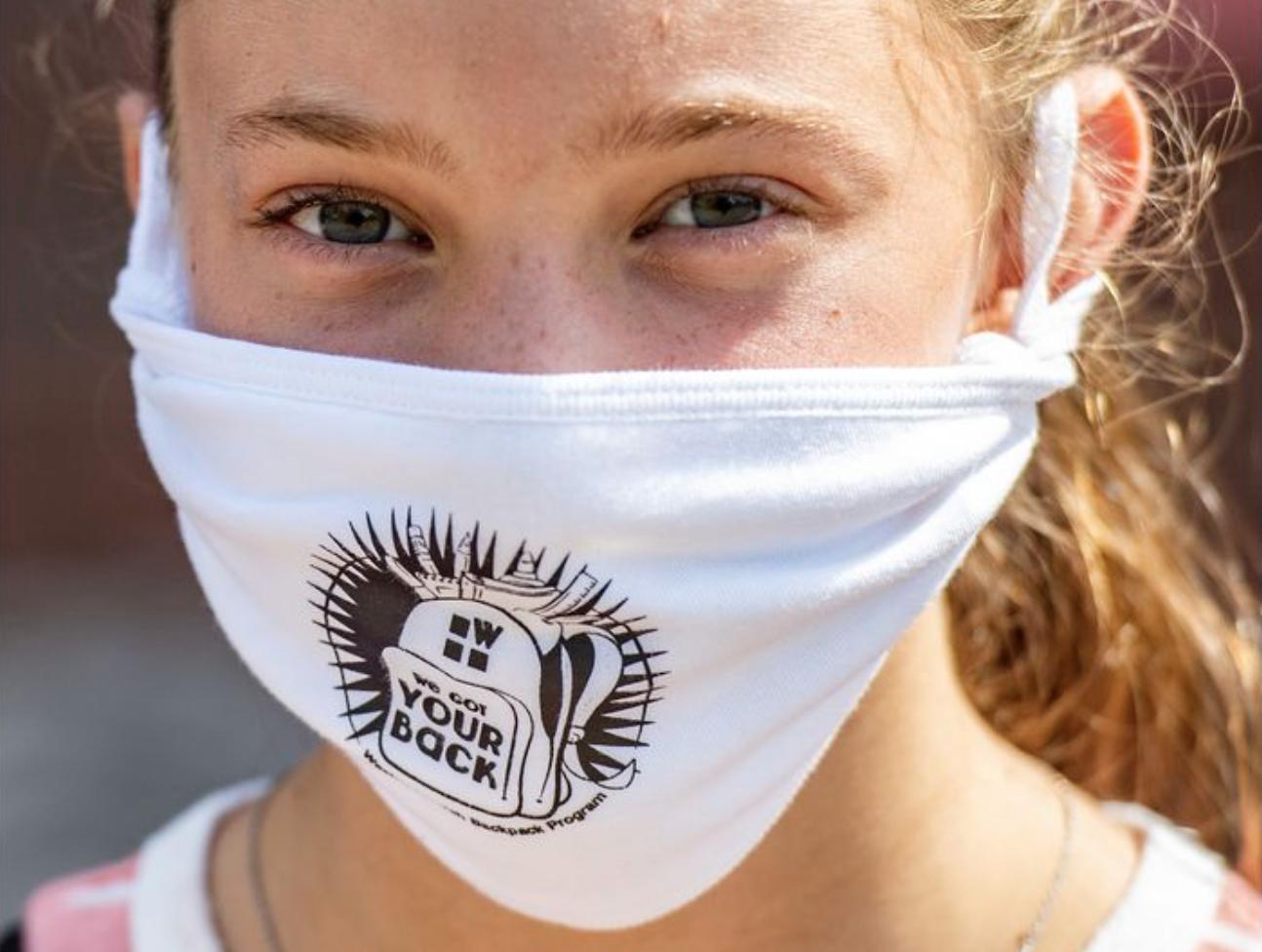 La voluntaria Kyla Sepnger, de 13 años, se ve con una máscara puesta durante el día de entrega de morrales de la iglesia Wesley en Bethlehem, realizado el sábado. Foto de April Gamiz, The Morning Call.