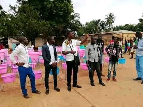 Des membres de la Jeunesse Pour Christ en Centrafrique procèdent à la sensibilisation contre le coronavirus et à l'installation de dispositifs de lavages des mains au marché central de Bangui. Photo de Chancelvie Petula Dockpa.