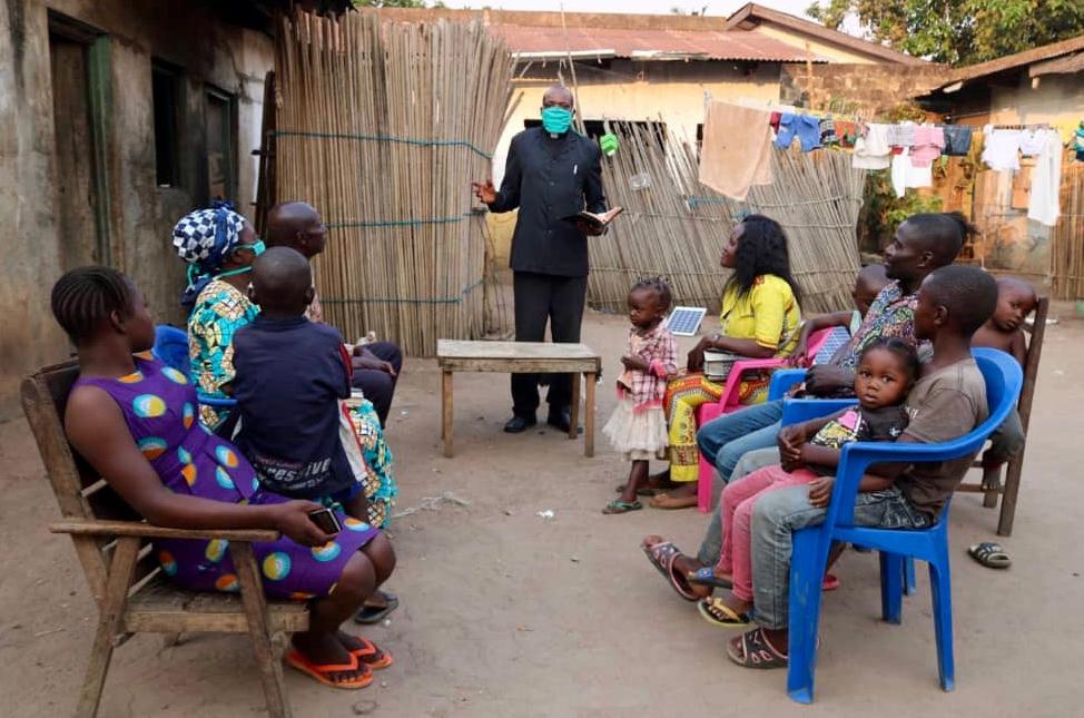 Le Révérend Félicien Katambwe Luedi, Pasteur Associé de l'église locale Centrale à Kananga pendant le culte avec des familles réunies dans la cour de l'église se trouvant au quartier plateau dans la commune de Kananga. Photo de Serge Mukendi, UMNS.