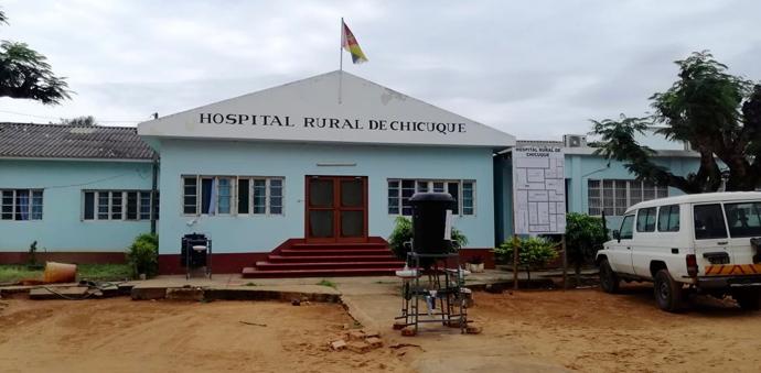 Vista frontal do Hospital Rural de Chicuque, um dos hospitais de referência na província de Inhambane no Maxixe, Moçambique. Foto de António Wilson.