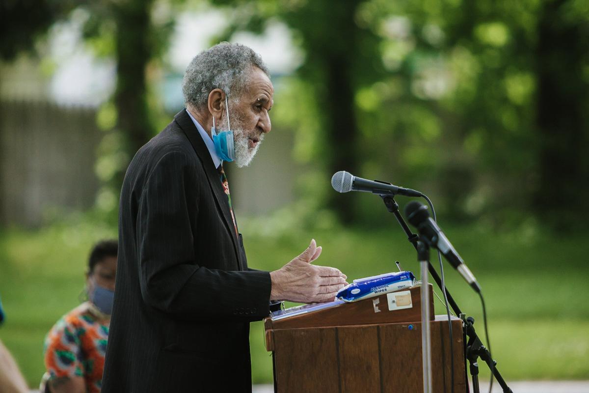 """El Rev. Gilbert Caldwell, activista de derechos civiles y pastor metodista unido retirado, habla durante un mitin del movimiento """"Black Lives Matter"""" el 7 de junio en Willingboro, Nueva Jersey. Caldwell murió el 4 de septiembre de 2020. Foto de archivo de Aaron Wilson Watson."""