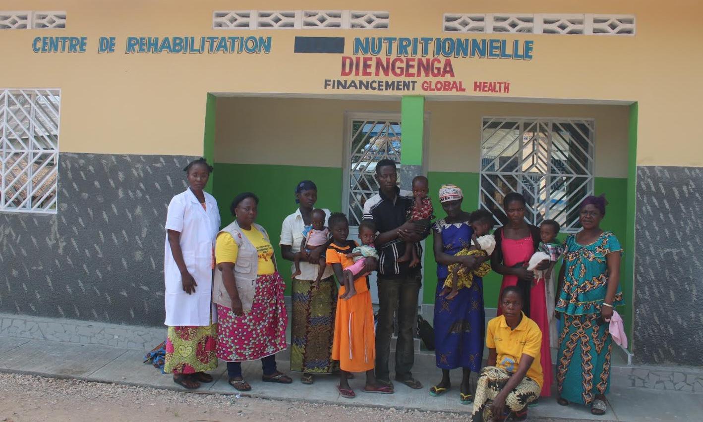 Les personnels du Centre, Denise Mondji et Hélène Okito lors de la sortie du Centre de trois enfants après leur traitement. Plus de 654 enfants ont été pris en charge dans le centre de traitement nutritionelle de Diengenga construit grâce au financement de Global Health de l'église méthodiste unie. Photo par François Omanyondo.